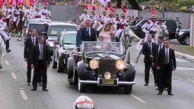 Jair Bolsonaro e primeira-dama desfilam em carro aberto - Jair Bolsonaro e a primeira-dama, Michelle Bolsonaro desfilam em carro aberto.