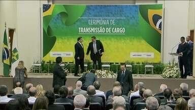 Rodrigo Maia tem apoio do PSL para se reeleger como presidente da Câmara - Rodrigo Maia foi a duas cerimônias de transmissão de cargo de ministro nesta terça (2). Sinal de que o clima é bom entre as partes.