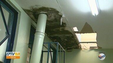 Pacientes e funcionários da rede pública de saúde sofrem com falta de manutenção em postos - É só chover mais forte que a água invade sala de espera, ambulatório, base do Samu.