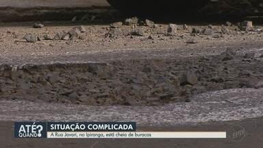 Moradores e motoristas reclamam de buracos na Rua Javari, no bairro Ipiranga - Tem até morador pintando os buracos para evitar acidentes.