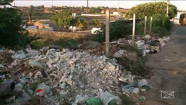 Moradores reclamam de buracos nas ruas e lixo espalhado em bairro de São Luís - No bairro Filipinho, moradores reclamam da situação precária do local.