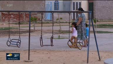 Alguns bairros de Petrolina não têm espaços públicos de lazer - Quando o local existe, os brinquedos estão quebrados.