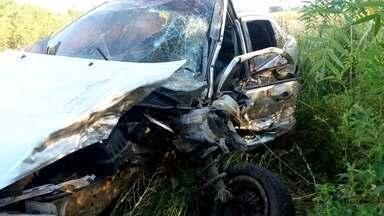 Acidente na BR 471 tirou a vida de um homem e deixou quatro pessoas feridas - Dois carros bateram de frente, perto do quilômetro 184 da rodovia, em Rio Pardo.