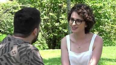 Carol Duarte entre na brincadeira e cria polêmica em entrevista com Maurício Meirelles - Repórter do 'Vídeo Show' faz de tudo por uma frase polêmica das celebridades! Confira