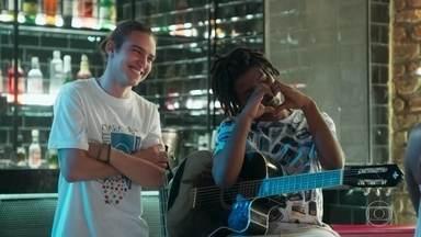 Tito e Gabi compõe uma música para Talíssia cantar - Talíssia fica animada