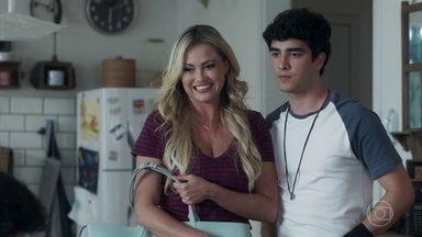 Hugo insiste que Alex mantenha Jaqueline em sua casa - Alex fica preocupado por não conseguir falar com Gabriela, mas Hugo não liga e faz de tudo para ficar mais tempo ao lado de Jaque