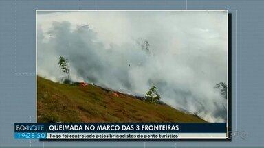 Queimada assusta turistas no Marco das três fronteiras - Brigadistas do Marco levaram uma hora para apagar o fogo. Ainda não se sabe o que provocou o incêndio.