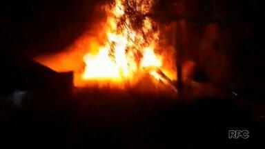 Homem morre depois que a casa pega fogo em Irati - Os policiais tentaram resgatá-lo, mas não conseguiram.