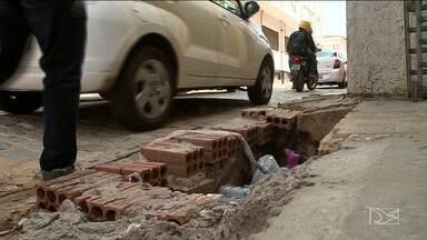 Irregularidades em calçadas dificultam trânsito de pedestres em São Luís - Nas ruas do Centro, andar está sendo cada vez mais difícil e inseguro.