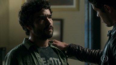 Júnior instrui Geandro a descobrir notícias sobre a investigação do encapuzado - Ele também explica para o irmão como conseguiu convencer Luz a aceitar o cargo de bibliotecária