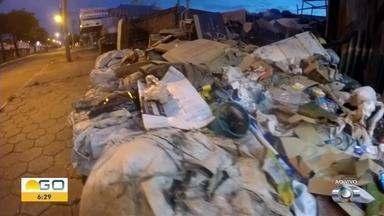 BDG flagra lixo acumulado em calçada na Avenida Terceira Radial, em Goiânia - Flagrante foi mostrado ao vivo no Bom Dia Goiás.