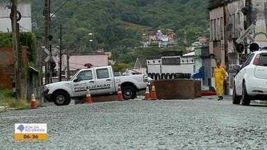 Comerciantes e moradores reclamam do bloqueio em rua de Santa Maria - Assista ao vídeo.