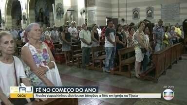 Frades capuchinhos distribuem bênçãos a fiéis - Igreja na Tijuca recebe centenas de pessoas em busca da bênção.