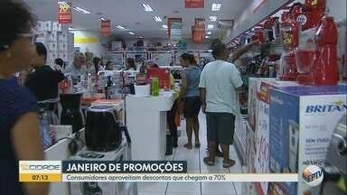 Moradores passam madrugada em frente a loja à espera de megaliquidação em Ribeirão Preto - Lojas em todo o país abriram às 6h nesta sexta-feira (4) com descontos de até 70%.