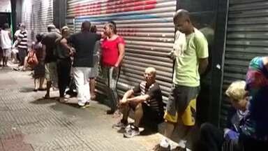 Consumidores madrugam em fila para aproveitar liquidação em Suzano - Rede de lojas faz sempre ação em janeiro.