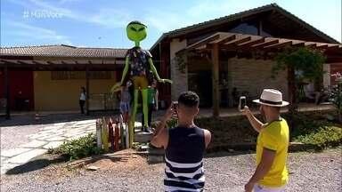 Dupla do 'Pé na Estrada' investiga os ETs da cidade de Alto Paraíso - Homenagens a alienígenas estão em toda parte da cidade do norte de Goiás