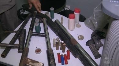 Adolescente é detido e armas são apreendidas em casa abandonada de Campina Grande - Armas eram fabricadas por um grupo suspeito de praticar assaltos na região. Casa onde o material foi encontrado servia de esconderijo para os criminosos, segunda a polícia.
