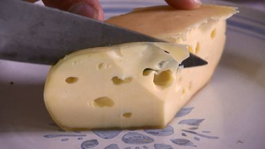 Liberação de venda de queijos de leite crú beneficia pequenos produtores - O Paraná é o segundo estado a liberar a comercialização de queijos feitos com leite não pasteurizado, agricultores se adequam às normas exigidas