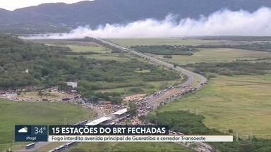 Incêndio em mata interdita avenida principal de Guaratiba e interrompe corredor Transoeste - 15 estações do BRT ficaram fechada por mais de 3 horas