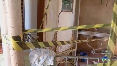 Novo vazamento na rede de distribuição de água em Ourinhos preocupa moradores - Um novo vazamento na rede de distribuição de água de Ourinhos preocupa moradores. No fim do ano passado um outro vazamento comprometeu a estrutura de três casas.