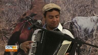 Silas França participa do quadro 'Arte, canto e poesia' - O artista tem 23 anos e uma grande experiência na música