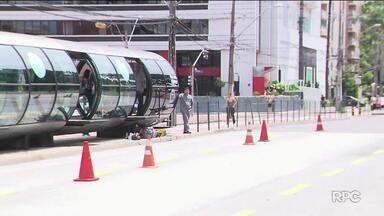 Equipamento para evitar invasões em estações-tubo é instalado na linha do Passeio Público - Apesar da medida, hoje (9) já teve flagrante de fura-catraca.