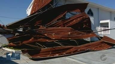 Com força do vento, teto de galpão é arrancado no Jd. América, em Campinas - Ontem choveu e ventou forte na região de Campinas (SP). Um galpão abandonado teve o teto arrancado no bairro Jd. América, que foi parar em frente a uma igreja.