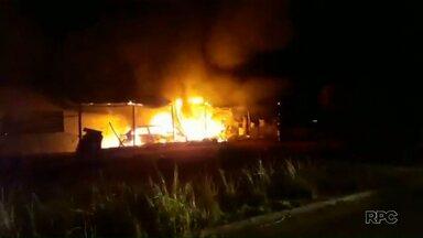 Suspeita de estupro termina com padaria queimada na região de Curitiba - Os moradores de Fazenda Rio Grande se revoltaram contra o suspeito e atearam fogo no estabelecimento.