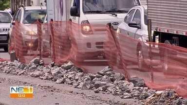 Paralisadas, obras de recuperação da BR-101 complicam o trânsito - Motoristas e pedestres reclamam de buracos deixados pelos serviços.