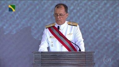 Jair Bolsonaro participa de cerimônia de posse do novo comandante da Marinha - O presidente Jair Bolsonaro participou nesta quarta-feira (9) da cerimônia de posse do novo comandante da Marinha, Almirante Ilques Barbosa Júnior, em Brasília,