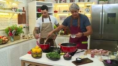 Alexandre Borges prepara Frango com Laranja - Confira o quadro 'Tá na Mesa, Pessoal'