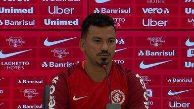 Lindoso é apresentado pelo Inter e se empolga com Libertadores - Volante disputou a competição pelo Botafogo em 2017 e vê Colorado como um dos fortes candidatos ao título na atual temporada.