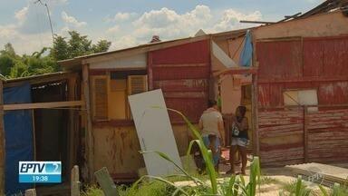 Depois de chuva forte, barracos de ocupação em Hortolândia correm risco de desabamento - Moradores da ocupação Recanto do Sol, em Hortolândia (SP), vivem o dilema de não ter pra onde ir por falta de condições.