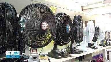 Com temperaturas altas, aumentam as vendas de ventilador e ar-condicionado - Assista a seguir.
