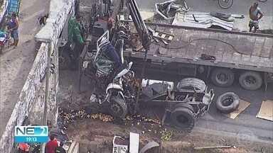 Motorista morre após caminhão bater em coluna de passarela na BR-101, no Recife - Condutor ficou preso às ferragens.