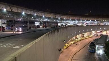 Quadrilha armada com fuzil e granada faz arrastão na Linha Vermelha, no Rio - Uma quadrilha armada com fuzil e granada fez um arrastão na Linha Vermelha, na noite de quinta-feira (10). Entre as vítimas estava uma família que estava a caminho do aeroporto.