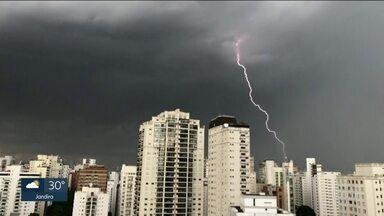 Mais de 5 mil raios atingem o solo durante forte temporal na Grande São Paulo - Nos últimos 70 anos, houve um aumento do número de raios atingindo o solo da Região Metropolitana da capital.