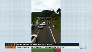 Motorista morre e outras duas pessoas ficam feridas em acidente na BR-376 - A batida envolveu um carro e dois caminhões, no trecho da rodovia que passa por Ortigueira.