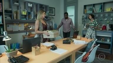 Marcelo se instala na sala dos professores do Sapiência - Brigitte e Leonor ficam revoltadas com a situação do diretor, que foi desalojado por Solange