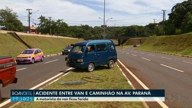 Motorista fica ferida após van bater em caminhão na Avenida Paraná - Acidente deixou o trânsito lento na região. Motorista foi socorrida pelo corpo de bombeiros e encaminhada para a UPA.