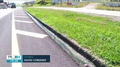 Moradores e motoristas convivem com esgoto vazando no acesso à Dutra, em Resende - Equipes da TV Rio Sul já foram até o local quatro vezes. Além do mau cheiro, há risco de acidentes.