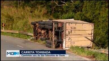 Carreta tomba na BR-494, entre Divinópolis e Nova Serrana - Veículo estava carregado com salsichas e saiu de São Sebastião do Oeste. O motorista ficou ferido e foi levado para uma unidade de pronto atendimento. Acidente aconteceu na tarde desta sexta-feira (11) e deixou trânsito congestionado no trecho.