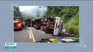 Caminhão tomba e outro cai em ribanceira na BR-101 em Itamarati - A pista ficou interditada por uma hora.