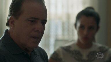 Olavo e Laura discutem sobre Lourdes Maria - Ele fica chocado ao saber que ela foi parar num convento e culpa a filha de ter inserido a jovem na família
