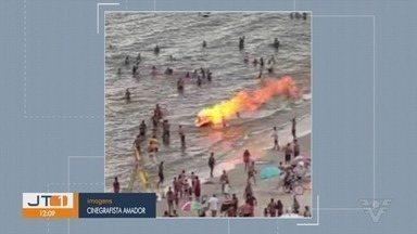 Carrinho de ambulante fica destruído após pegar fogo em São Vicente - Incêndio aconteceu na tarde de domingo (13), na praia do Gonzaguinha. Ninguém se feriu.