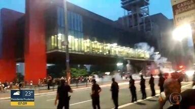 Polícia investiga vandalismo durante rolezinho na Paulista - PM usou bombas de gás para dispersar jovens no Vão do Masp