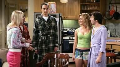 O Paradoxo Do Pastel - Penny tem que dormir fora de casa quando Howard e uma amiga dela transam no apartamento. A ausência dele no grupo causa problema aos outros.