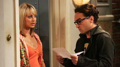 A Hipótese Das Fibras - Penny fica furiosa com Leonard e Sheldon quando eles invadem e limpam o apartamento enquanto ela dorme.