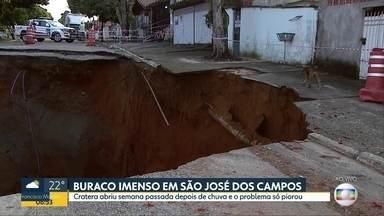 Buraco imenso em São José dos Campos - Cratera se abriu semana passada depois de chuva e o problema só piora