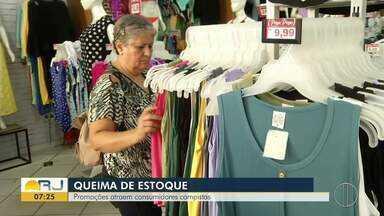Promoções atraem consumidores em Campos, no RJ - Assista a seguir.